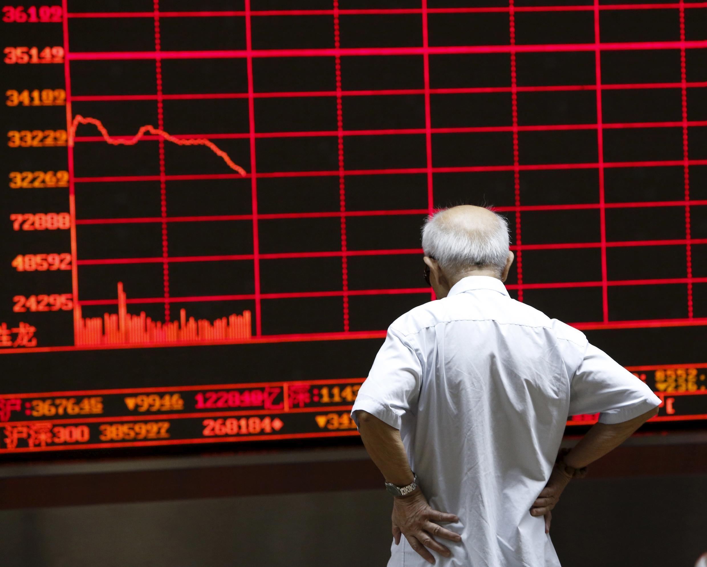 Investidor olha quadro eletrônico em uma sala da bolsa de Pequin, em 7 julho de 2015.
