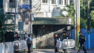 Policía antidisturbios avanzó hacia las instalaciones del canal de televisión 100% Noticias el 22 de diciembre de 2018. Esto sucede un día después de que la televisión dejó de emitir y su director fue arrestado.