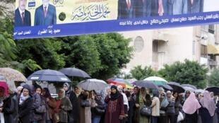 Les Egyptiens ont pris leur mal en patience avant d'accéder aux isoloirs, ce lundi 28 novembre 2011.