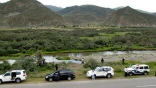 薄瓜瓜和陈晓丹游西藏,全程警车开道。