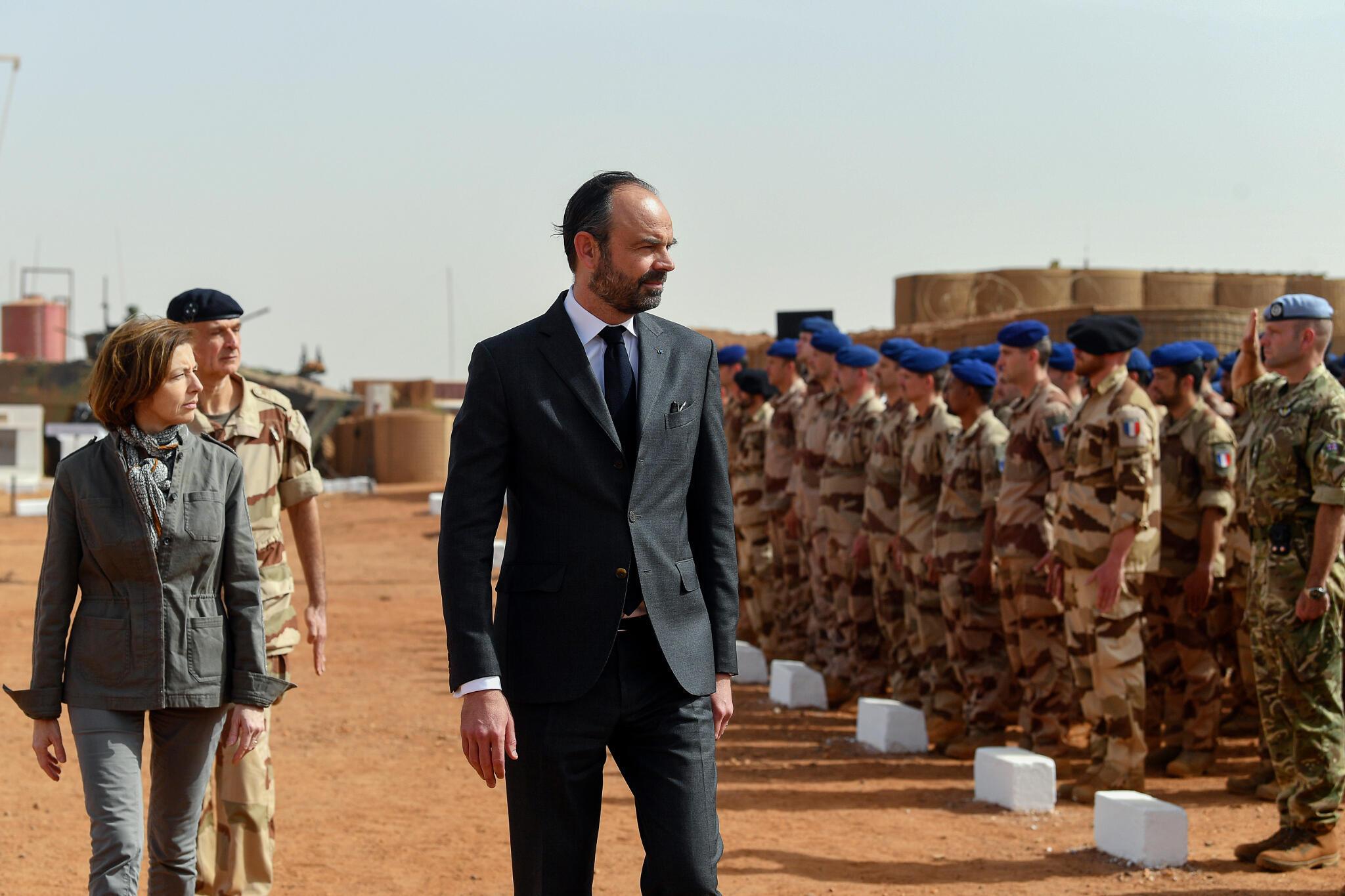 Le Premier ministre Édouard Philippe passe en revue les troupes de l'armée française en position à Gao, accompagné de la ministre de la Défense Florence Parly, le 24 février 2019.