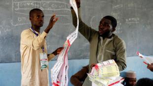 Des agents de l'INEC comptent les bulletins de vote, dans l'Etat de Kano, le 23 février 2019.