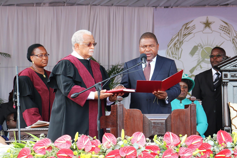 rais wa Msumbiji, Filipe Nyusi (katikati).