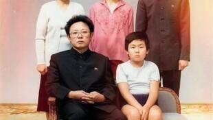 金正男1981年時跟父親金正日坐在沙發上留影,背後是他的姑姑及表兄表姐。