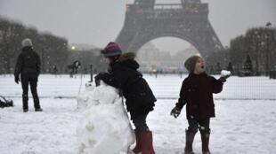 As nevascas fora de época continuam perturbando a região parisiense.