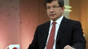 O chanceler turco, Ahmet Davotuglu, durante entrevista ao canal de TRT ao anunciar o pedido de reunião de urgência da OTAN, neste domingo 24 de junho.