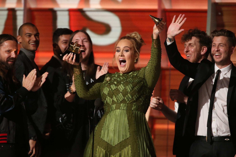 Adele  جایزهاش را از وسط نصف کرد و آن را باBeyoncé خواننده آمریکایی تقسیم کرد.