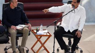 Tareck El Aissami (g), ici avec le président Nicolas Maduro le 2 février 2017, est considéré par certains analystes comme le futur président vénézuélien.