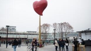"""""""Coeur de Paris"""", obra de arte urbana de Joana Vasconcelos, em Paris."""
