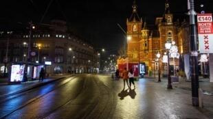 Una imagen que muestra calles vacías en la zona de Leidseplein en la víspera de Año Nuevo, en Ámsterdam, Países Bajos, el 31 de diciembre de 2020.