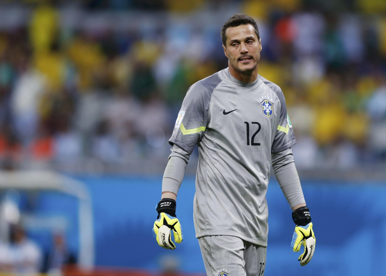 Golikipa wa Brazil,  Julio Cesar akikataa tamaa baada ya bao la Miroslav Klose.