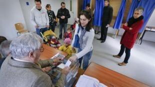 Eleitores comparecem às urnas em Lyon, no primeiro turno para a escolha dos prefeitos em todo o país.