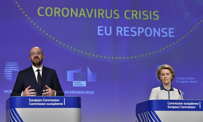 Charles Michel (izq) habla junto a Ursula von der Leyen durante la rueda de prensa sobre la respuesta europea a la crisis del coronavirus, el 15 de abril de 2020 en Bruselas