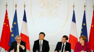 Os presidentes, o francês Emmanuel Macron, o chinês Xi Jinping, a chanceler alemã Angela Merkel e o presidente da Comissão Européia, Jean-Claude Juncker, durante coletiva no palácio presidencial do Eliseu em Paris, França. 26/03/2019.