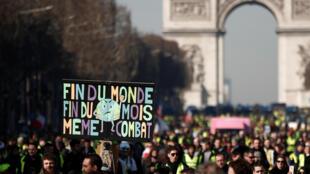 Des «gilets jaunes» descendent les Champs-Elysées, le 16 février 2019.