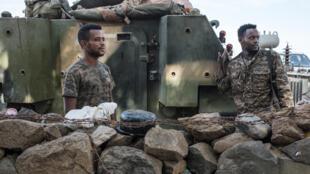 Soldados etíopes en la entrada del campo de Dansha, en el oeste de Tigré, el 25 de noviembre de 2020