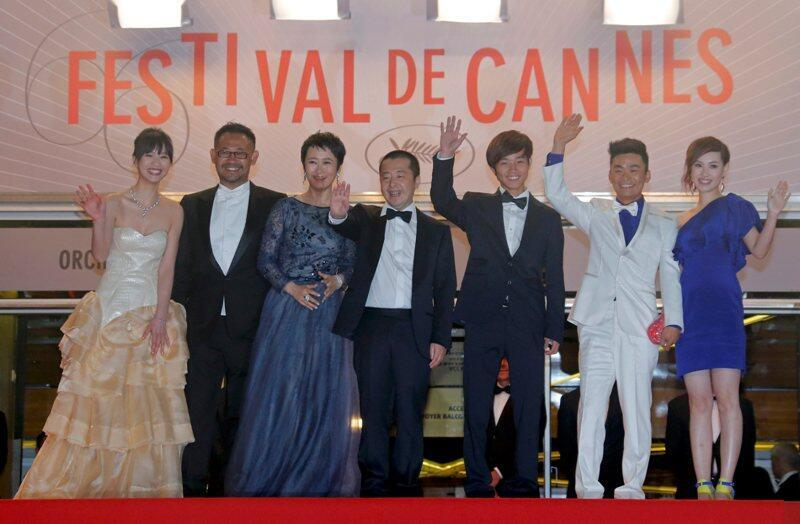 賈樟柯(中) (左至右)李萌,姜武,趙濤,羅蘭山,王寶強和妻馬榮在第66屆嘎納電影節2013年5月