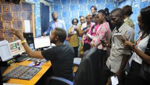Un groupe de jeunes étudiants en journalisme visite la Radio Okapi, à l'occasion de la Journée mondiale de la Radio, le 13 février 2016.