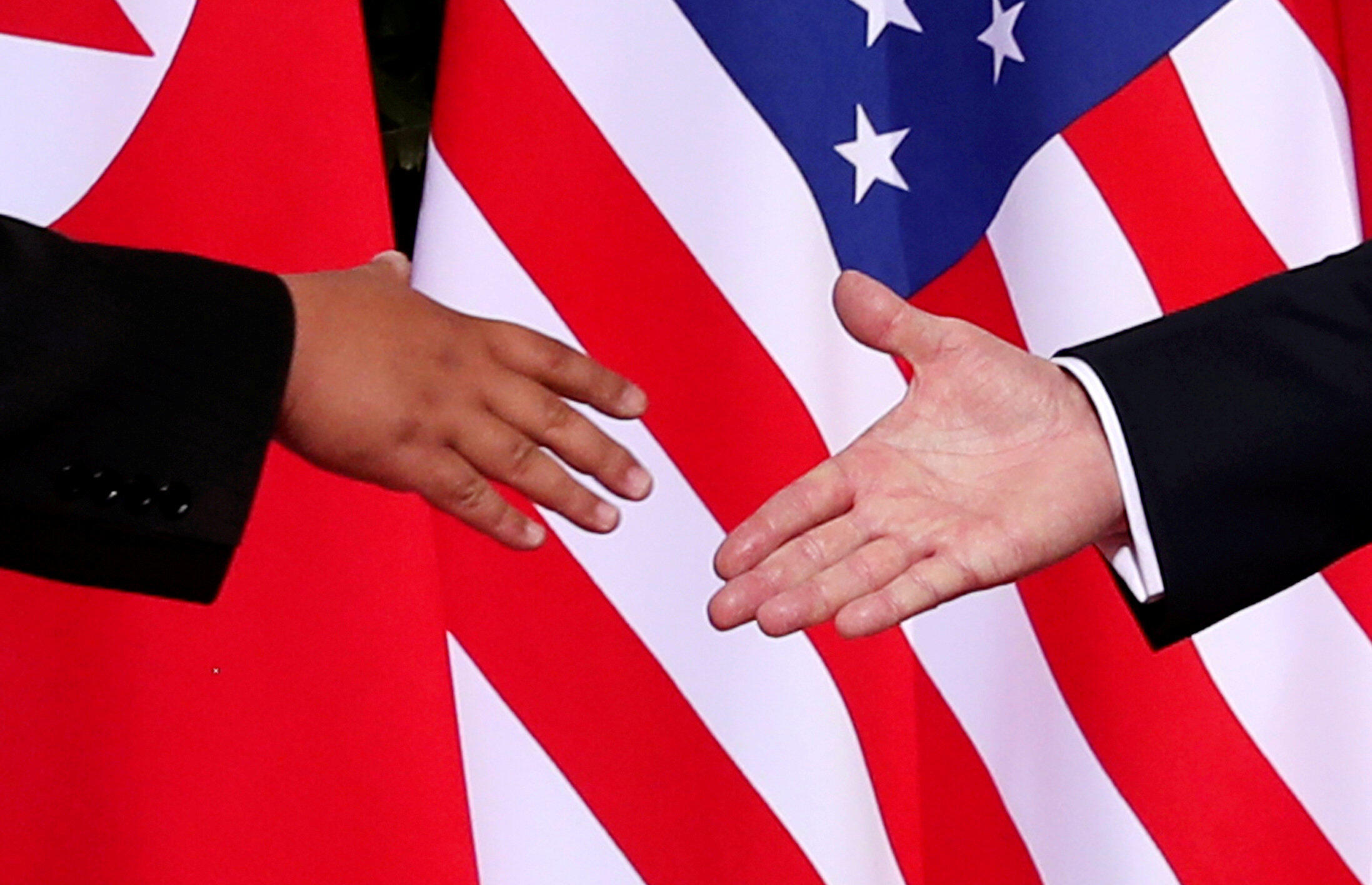 Poignée de mains entre le Nord-Coréen Kim Jong-un et l'Américain Donald Trump, lors de leur précédente rencontre, le 12 juin 2018 à Singapour.