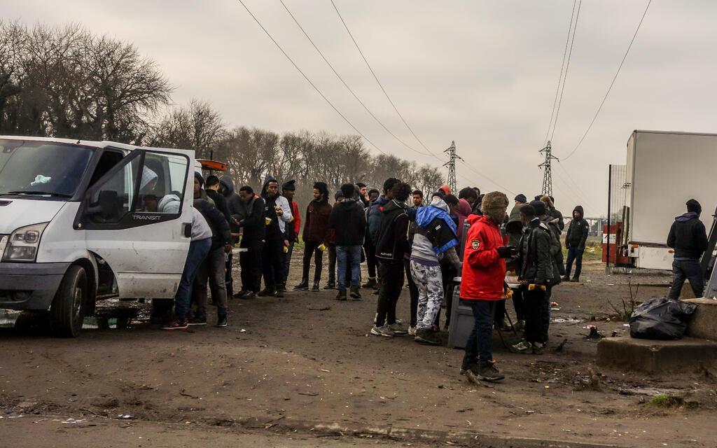 Distribuição de alimentos para imigrantes por uma associação em Calais, em 2018.