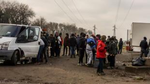 Assistência alimentar a refugiados e migrantes de Calais, norte da França, a 12 de janeiro