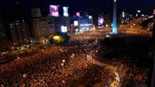 """Milhares de argentinos fazem """"panelaço"""" no centro de Buenos Aires."""