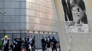 Cartaz colado por manifestantes critica o posicionamento da chefe de governo de Hong Kong Carrie Lam, 05/08/2019