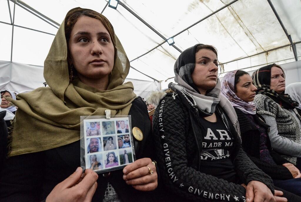 Les familles des victimes yézidis du village de Kojo lors de l'exhumation des corps le 15 mars 2019.