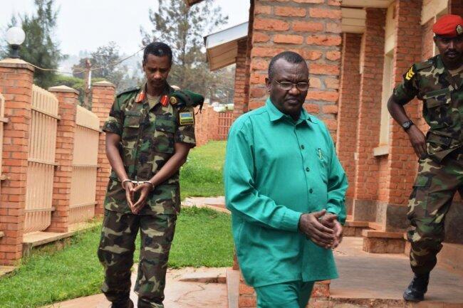 Jenerali Frank Rusagara (kulia) na kolonel Tom Byabagamba (kushoto) mbele ya Mahakama ya kijeshi ya Rwanda.