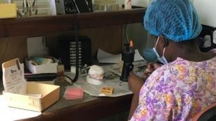 Création de prothèse dentaire à la Clinique dentaire de la Fondation Max Cadet à Port-au-Prince en Haïti.