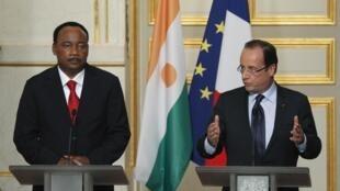 Shugaban Faransa Francois Hollande a tare da shugaban Jamhuriyyar Nijar Mahamadou Issoufou  lokacin da suke ganawa da manema labarai bayan sun gana a fadar shugaban kasa ta Elysee