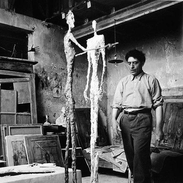 """""""آلبرتو جاکومِتی"""" در آتلیه شخصی خود در محله """"مونپارناس"""" پاریس."""