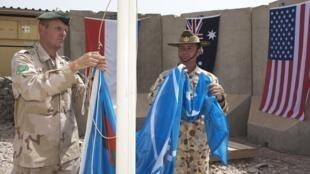Các binh sĩ Hà Lan và Úc hạ cờ làm thủ tục chuyển giao nhiệm vụ tại Tarin Kowt, Uruzgan ngày 1/8/2010.