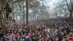 Des migrants bloqués à la frontière à Pazarkule, dans le district d'Edirne, le 29 février 2020.