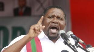 Isais Samakuva, leader de l'Unita, principale formation d'opposition, a lancé la campagne dès samedi après-midi 22 juillet avec un meeting à Cacuaco, dans la banlieue de la capitale Luanda,