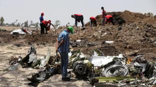 Destroços do Boeing 737-800 MAX localizados perto de Bishoftu, na Etiópia.