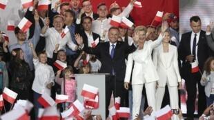 Le président sortant Andrzej Duda, ici devant ses supporters à Pultusk ce dimanche 12 juillet 2020, est donné légèrement en tête de l'élection présidentielle par les premiers sondages sortis des urnes.