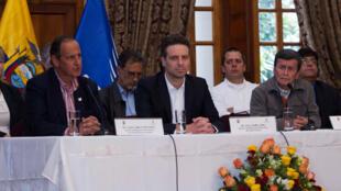 El 18 de enero los delegados anunciaron la apertura de negociaciones de paz: Juan Camilo Restrepo (D), reprentante del combierno colombiano, G. Long, canciller de Ecuador l'Equateur (C) y Pablo Beltrán (I) por el ELN.
