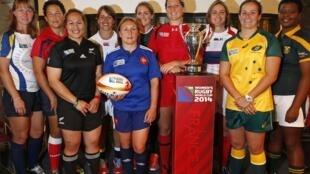 Las capitanas de los equipos de rugby femenino que participarán en el Mundial 2014, el pasado 29 de julio en París.