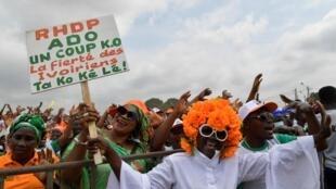 Les partisans du RHDP, le parti du président sortant Alassane Ouattara, lors d'un meeting organisé à Yopougon, une commune d'Abidjan, le 19 septembre 2020.