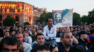 Des manifestants en faveur du leader d'opposition Nikol Pashinyan à Erevan le 26 avril 2018.