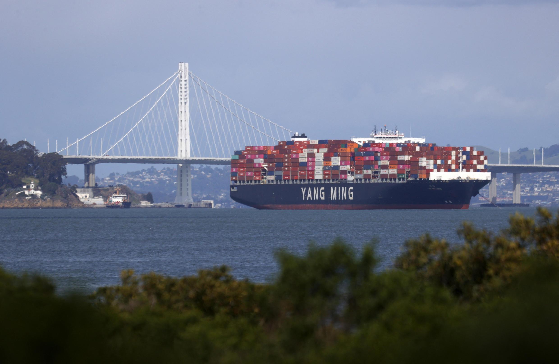 法廣存檔圖片 - Image d'archive RFI : Un porte-conteneurs entièrement chargé ancré dans la baie de San Francisco à côté du pont de la baie de San Francisco-Oakland le 9 mars 2021 à San Francisco, Californie.