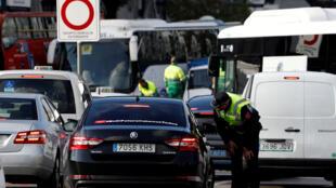 Un officier de la police parle à un automobiliste entrant dans le centre ville,le premier jour d'une ordonnance municipale interdisant certains véhicules sans l'étiquette appropriée en fonction de leurs émissions à Madrid, en Espagne, le 30 novembre 2018.