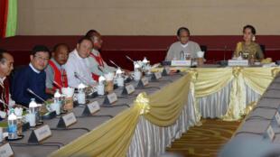 Bà Aung San Suu Kyi (p) gặp gỡ lãnh đạo phong trào sắc tộc Wa UWSA và sắc tộc Shan (NDAA-ESS) tại Naypyidaw ngày 29/07/2016.