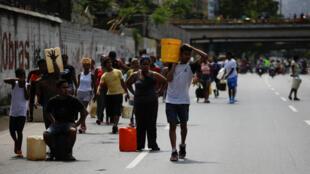 Le périphérique de Caracas, rempli de Vénézuéliens acheminant de l'eau à partir du fleuve Guaire, lundi 11 mars 2019.