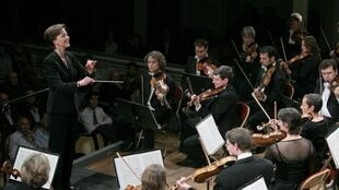 Elizabeth Askren Brie conducts the Orchestre Colonne in 2010.