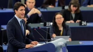 Le Premier ministre canadien a plaidé la cause des bottes «Mukluks», fabriquées par une entreprise canadienne fondée par des autochtones, et dont le coût devrait baisser en vertu du traité Ceta. Strasbourg, le 16 février 2017.