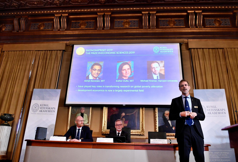Giải Nobel Kinh Tế 2019 được trao cho, từ trái sang phải, Abhijit Banerjee, Esther Duflo, và Michael Kremer . Ảnh 14/10/2019.