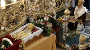 Le patriarche de l'Église orthodoxe serbe Irinej est mort le 20 novembre 2020 du Covid-19. Ici le 1er novembre, à Podgorica, il avait célébré les funérailles du métropolite Amfilohije Radovic, le plus haut clerc de l'Église orthodoxe serbe au Monténégro décédé lui aussi du Covid-19.