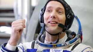Le spationaute français Thomas Pesquet, membre du prochain équipage à se rendre à bord de l'ISS en novembre, en tenue de cosmonaute à la Cité des étoiles, le 25 octobre 2016.